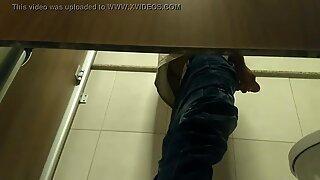 #1. Novinho gozando no banheiro do shopping de Salvador: