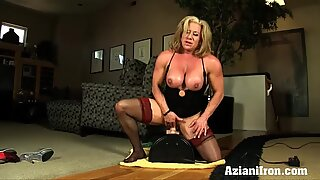 Buff mature babe rides the powerful sybian