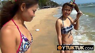 ビーチで見つかった2人のタイ人キュート売春婦は、大きな白い旅行者のコックを喜ばせ、満足させることにしました。